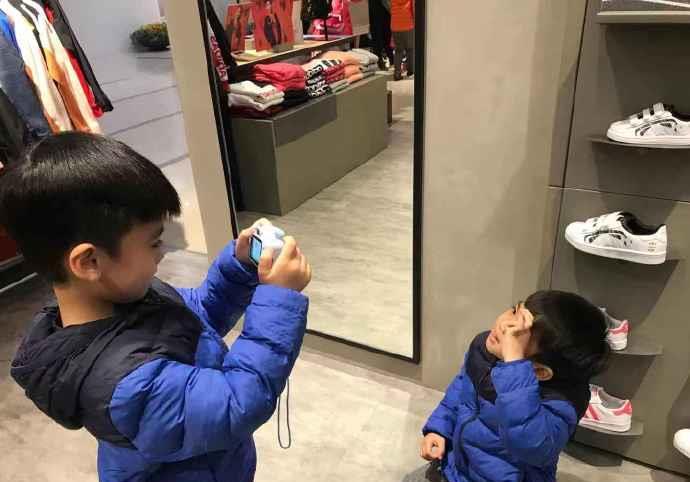 陈若仪带kimi和双胞胎逛街买新衣,凯凯拿相机给jenson拍照