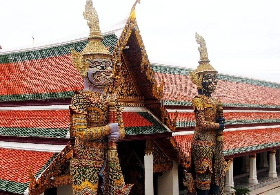 最精致的佛像:由一整块翡翠雕刻而成,国王每年为其更换3次法衣
