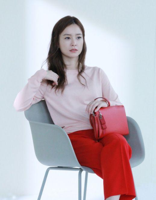 郑裕美:一个工作中喜欢淡妆,生活中喜欢素颜的女人,让人很羡慕