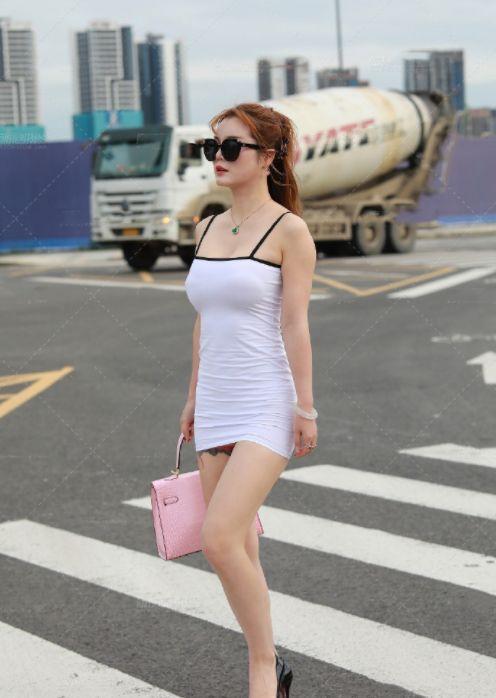 街拍:时尚潮流的美女,白色上衣+黑色半身裙,烘托出十足的魅力