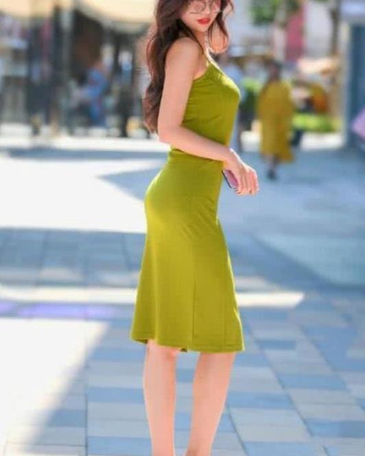 街拍:倾城倾国的美女,一条黄绿色的连衣裙,时尚女神魅力范