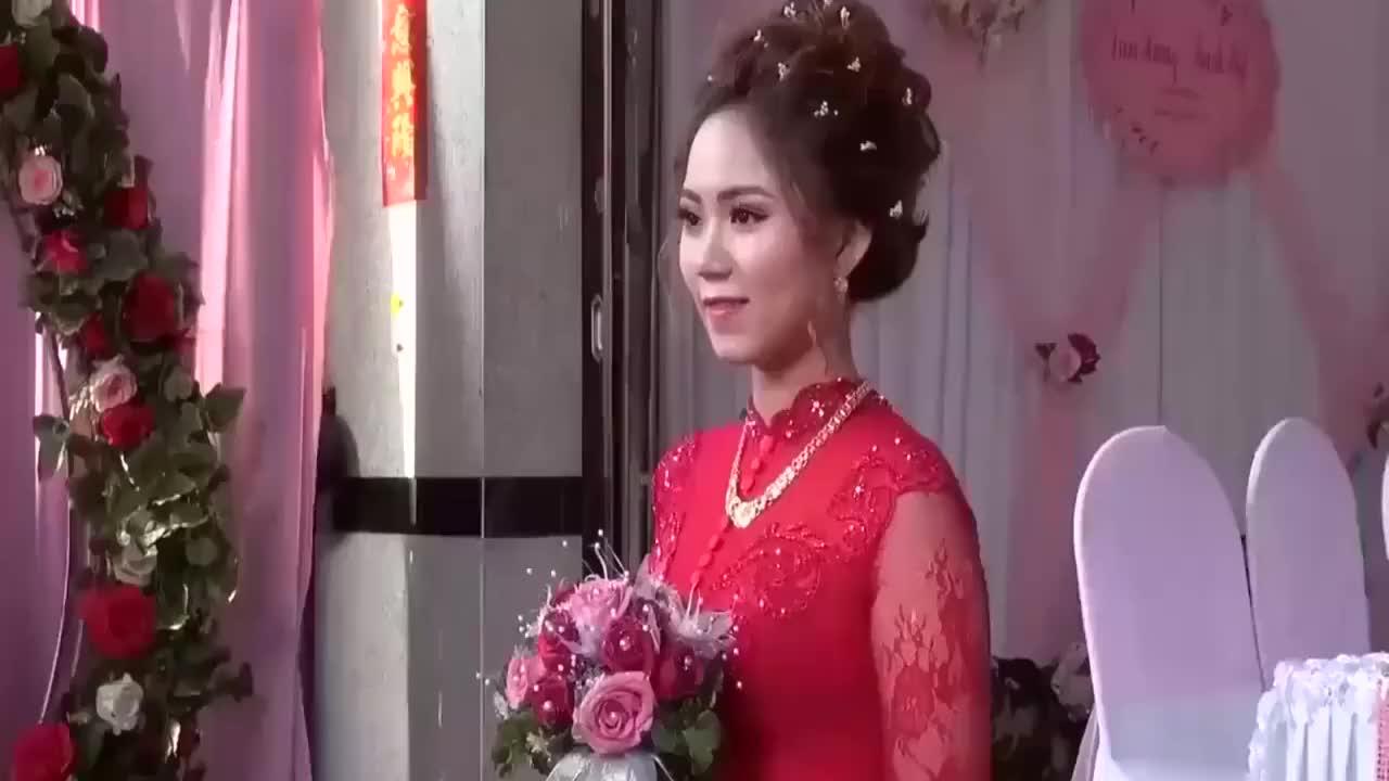 农村婚礼现场,郎才女貌的新娘新郎