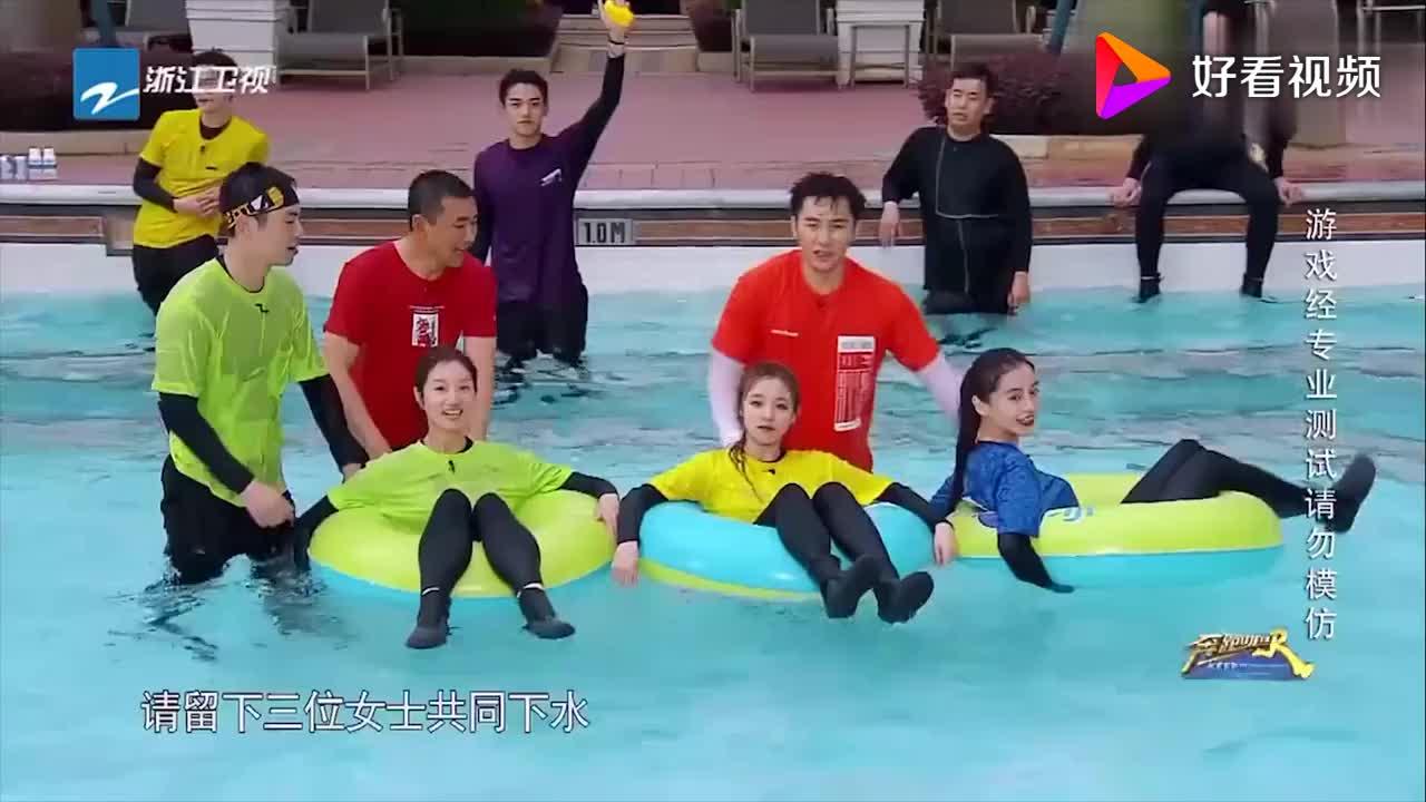 女嘉宾们被按进水里,朱亚文和沈佳妮开始撒狗粮,其他人被秀一脸
