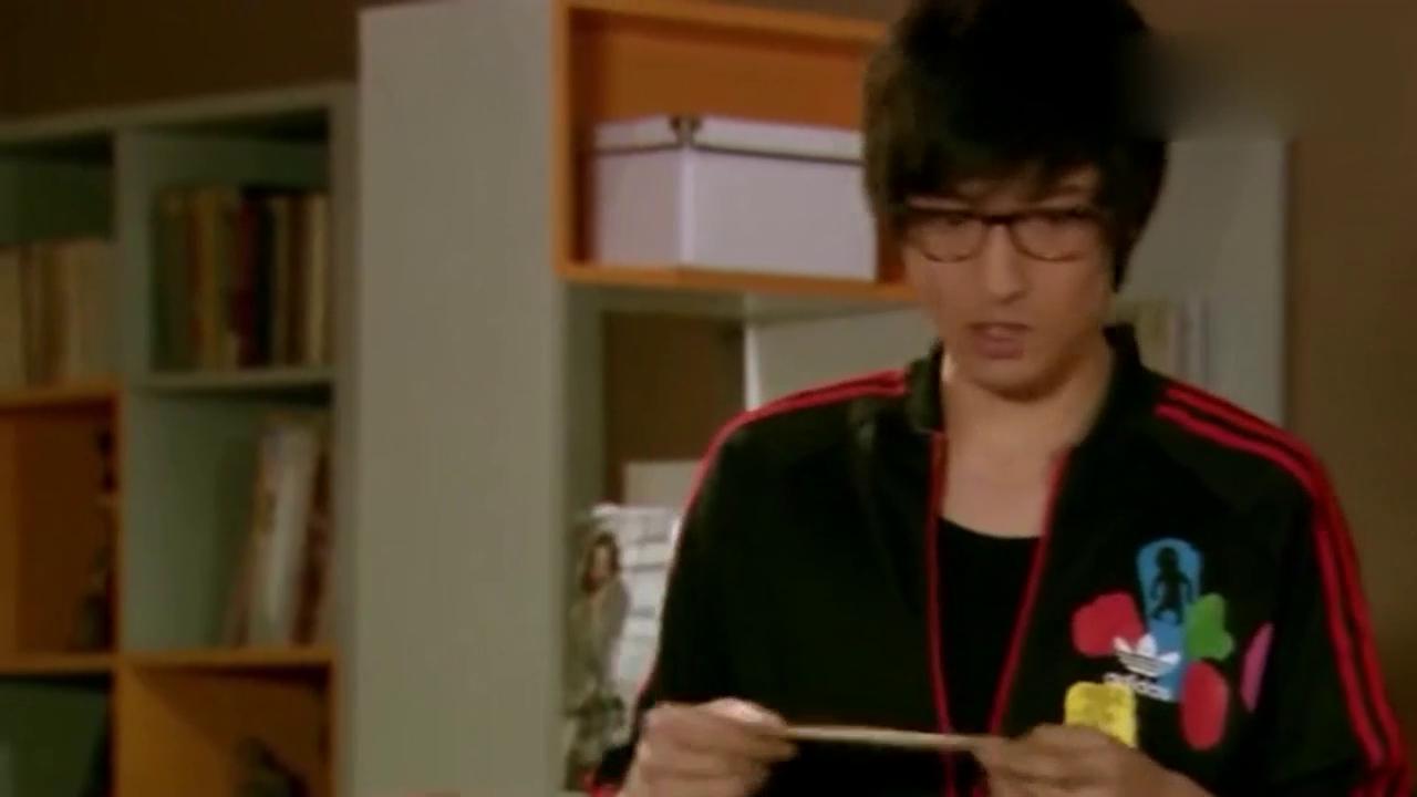 《爱情公寓》吕子乔偷看小贤写情书,刚看几秒就反胃了