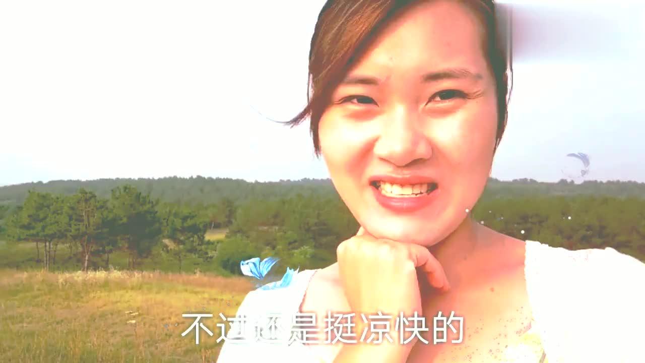 """美女独自来到大自然""""五星""""风景区,路边野果真好吃,你敢吃吗?"""