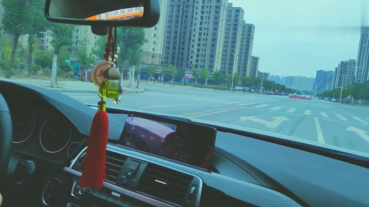 这是我见过最猛的女司机,马路中间直接停车,真霸气