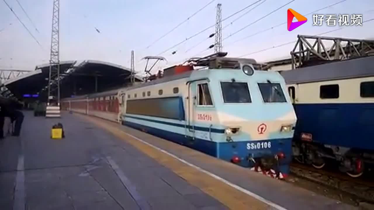 北京开往张家界K967次列车出北京站