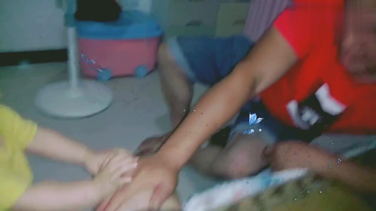 宝宝就是不让爸爸碰妈妈,小夫妻只能分床睡宝爸很苦恼!