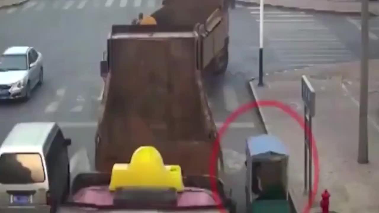 三轮车非得与大货车硬碰硬结果下一秒想跑都不行真是太惨了