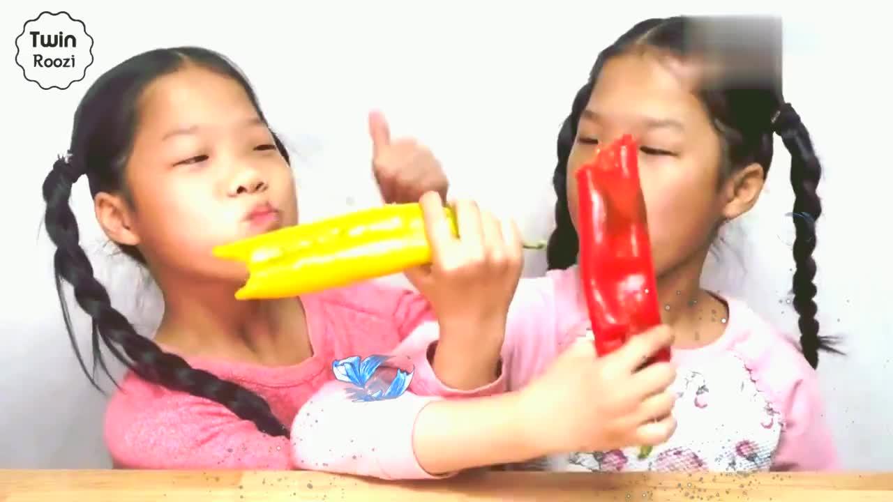 宝宝亲子游戏:双胞胎姐妹一起吃青椒鸡爪和汉堡!