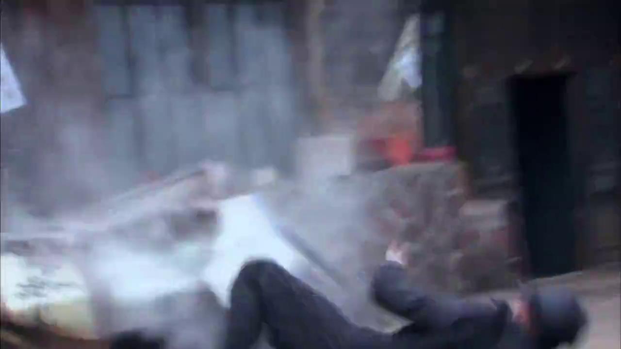 大街上发生枪战,场面实在太激烈,小伙吓得浑身颤抖!