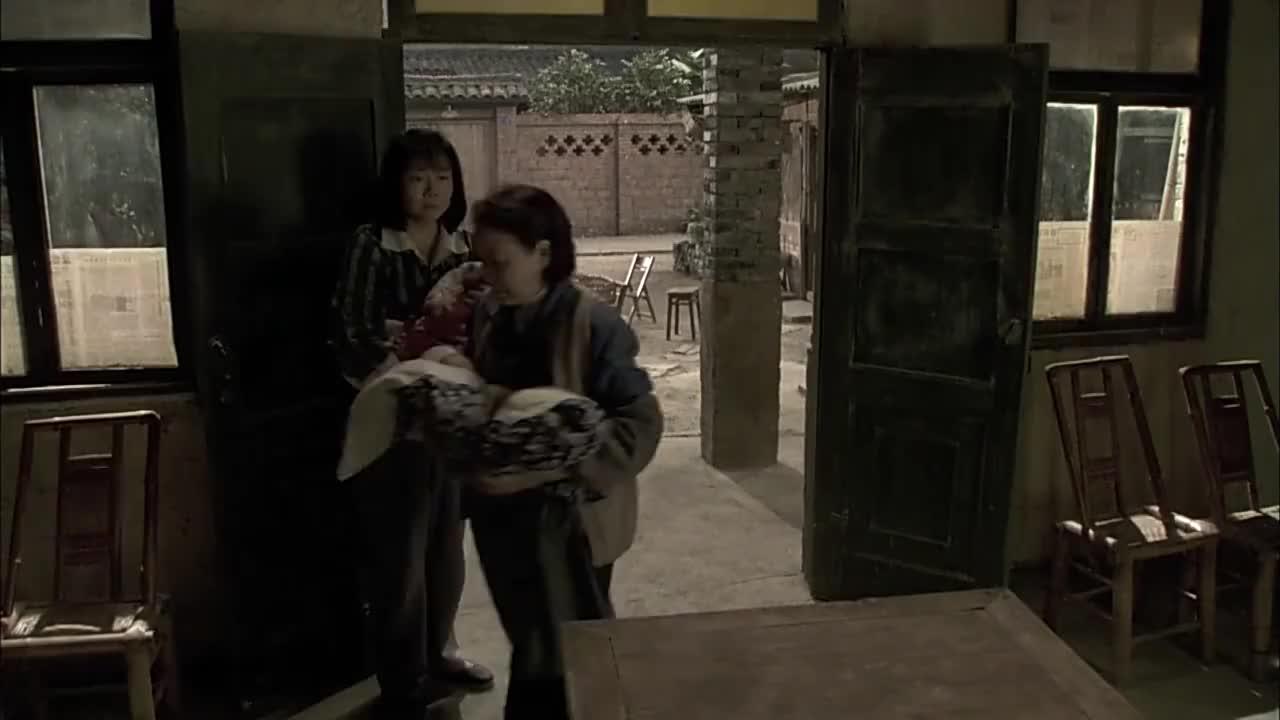 农村婆婆嫌媳妇没奶水欲将刚出生的双胞胎送人媳妇当场发飙