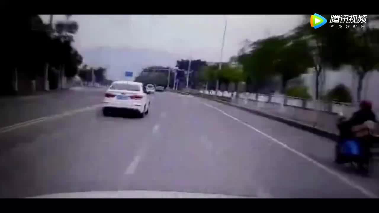 前面的蓝色小车飞速超车,飙车几秒后惨烈的车祸发生了!