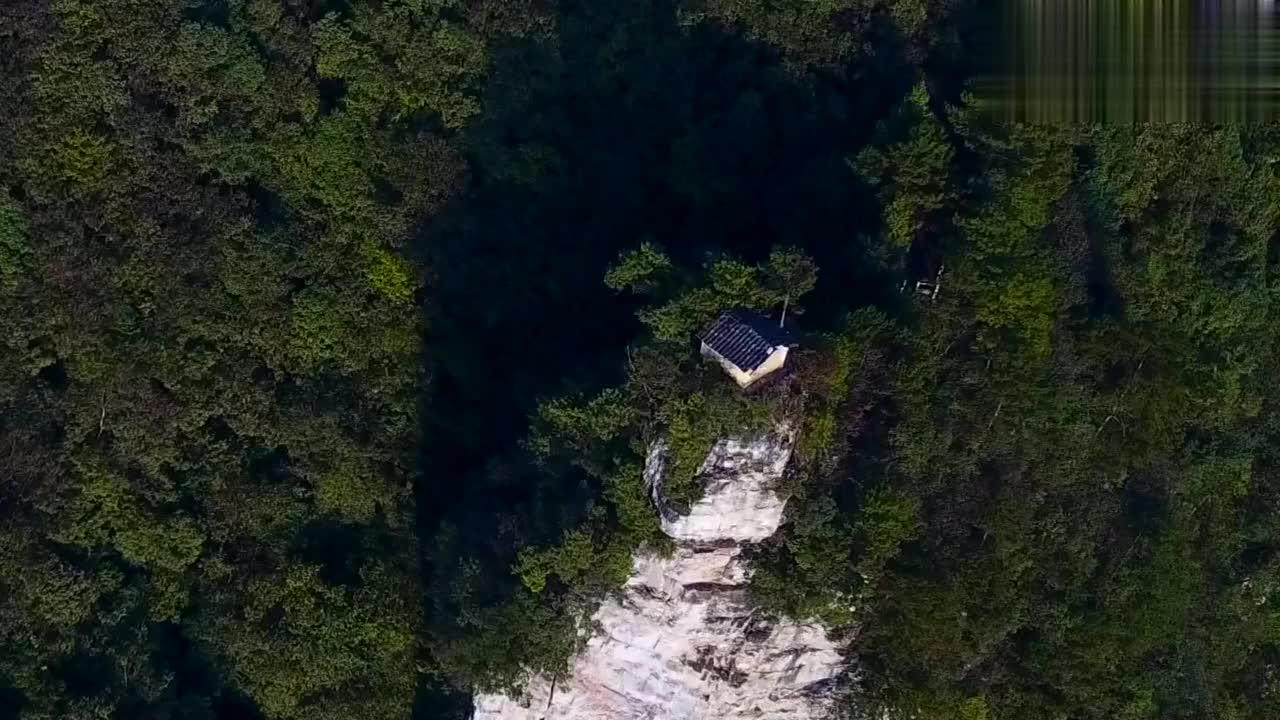 贵州大山发现一房子,居然修在悬崖顶上,看着腿发软