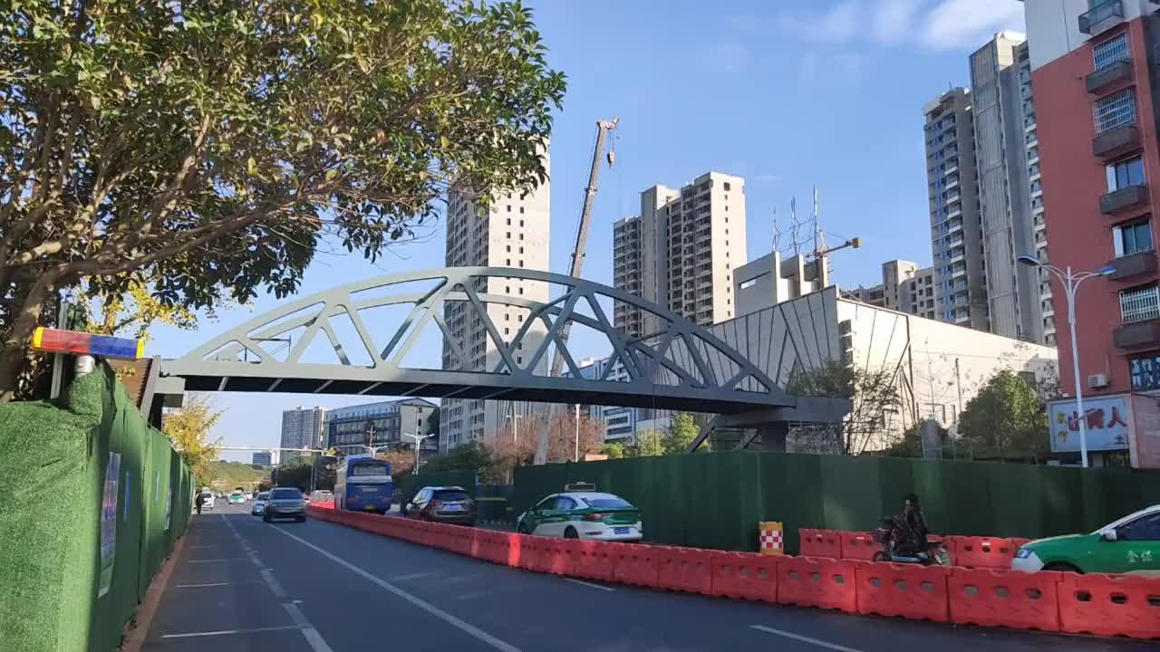 九江庐山南路人行天桥很快就要完工了是座大铁桥