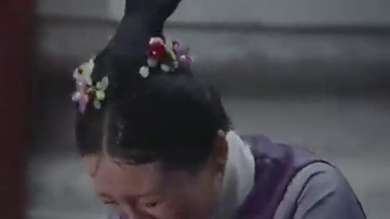 如懿传:阿箬被罚跪在外面,不知是谁伸手帮助了她