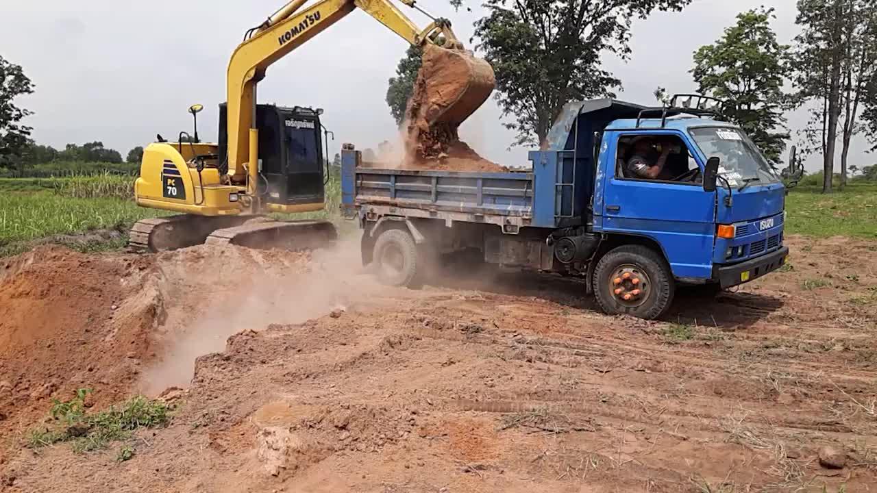 挖掘机挖土装载卡车怎么堆这么难看的土堆