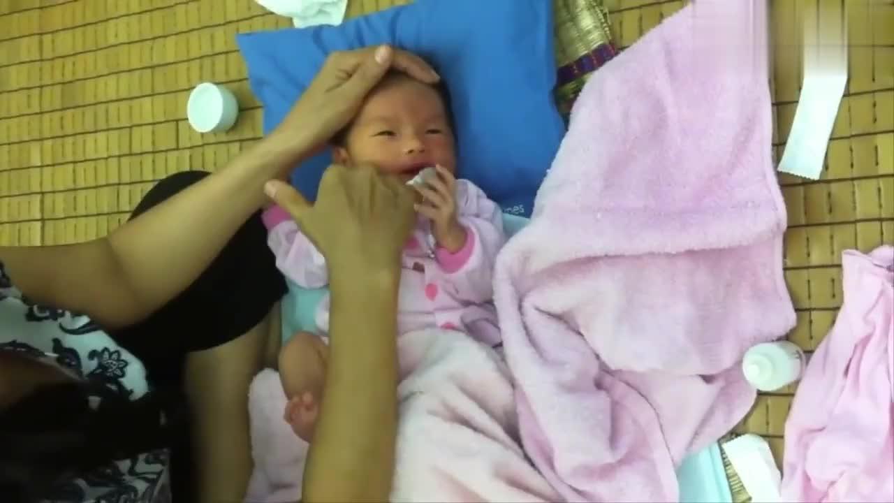 家里月嫂精心照顾新生儿口腔卫生,宝宝的反应有点萌