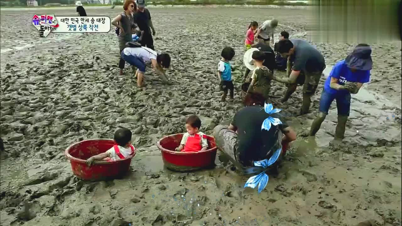 宋家三胞胎来海边滩涂玩泥巴,小心翼翼的表情就怕泥巴黏到身上!