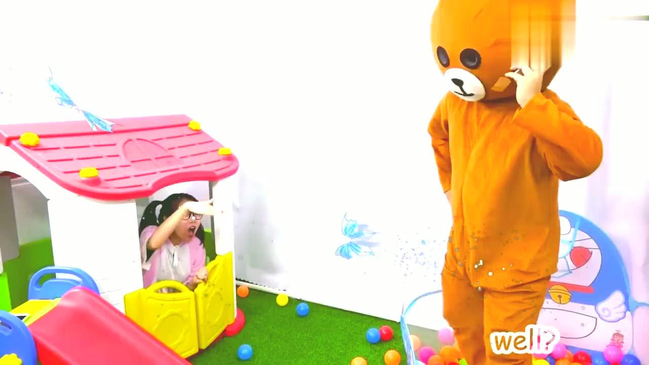 小萝莉吃冰淇淋发烧了,小熊给他量体温贴退烧贴医生唱歌哄她!