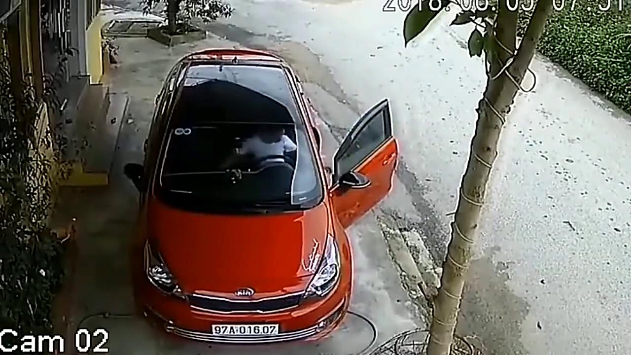 为这位女子车技堪忧!好端端的马路,却被她开出新花样!