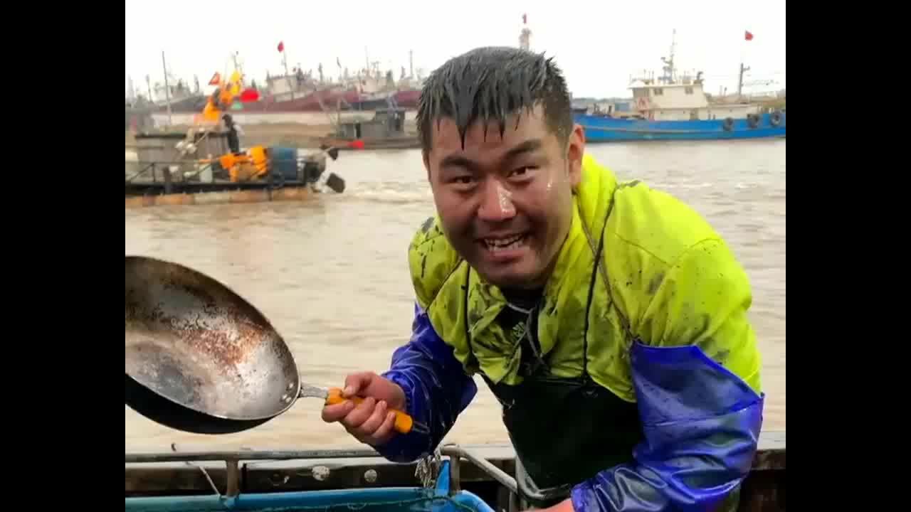 渔民大哥吃海鲜大餐直接入水抓了两只鱼网友一只都吃不了吧