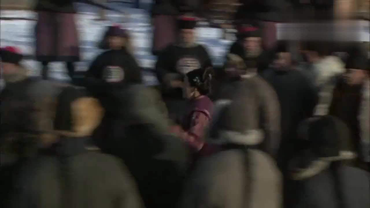 徐翠翠闯进了法场抱着于小伟不肯放手但是他也没法阻止