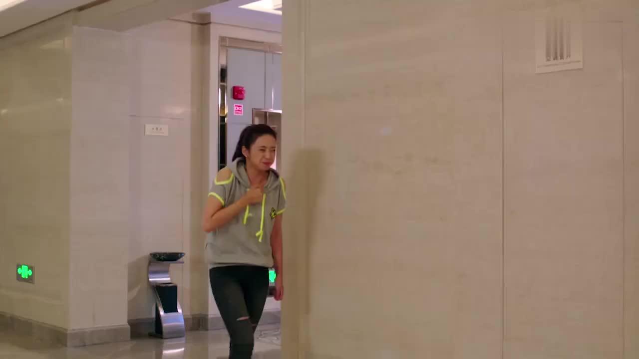美女偷摸进男厕所自认为天衣无缝万万没想到下一秒尴尬了