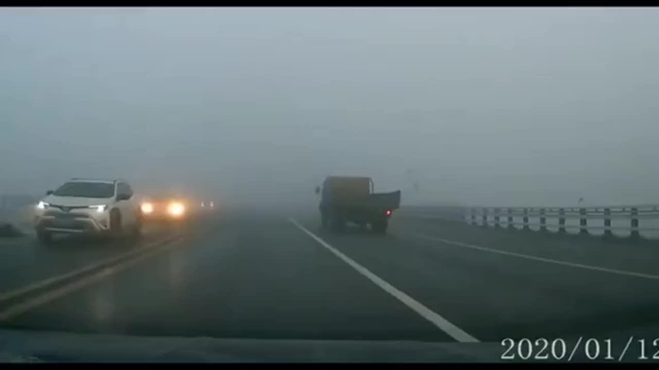大货车控制不住自己后车副驾驶说话都结巴了
