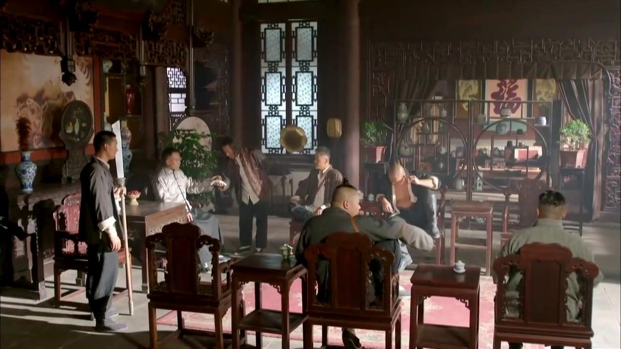 海城与二楞在武台比武艺,大刀不行来蒙古摔跤,海城被丢下台