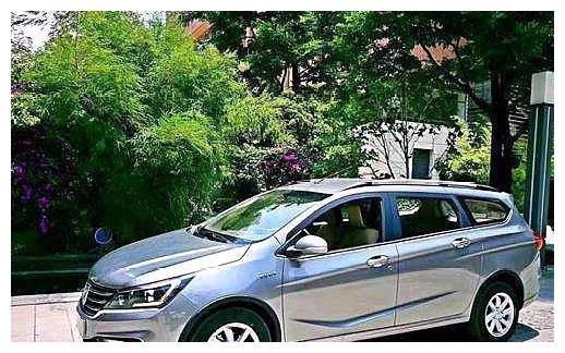 宝骏310W,外观年轻,空间大,并且满足国六排放,适合家庭用车