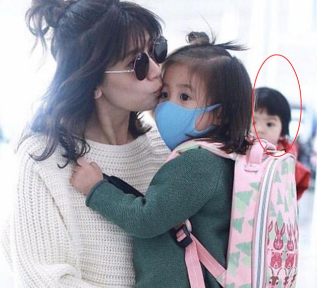 贾静雯亲吻病中咘咘母爱爆棚,Bo妞犹如失宠的小公主眼神成焦点