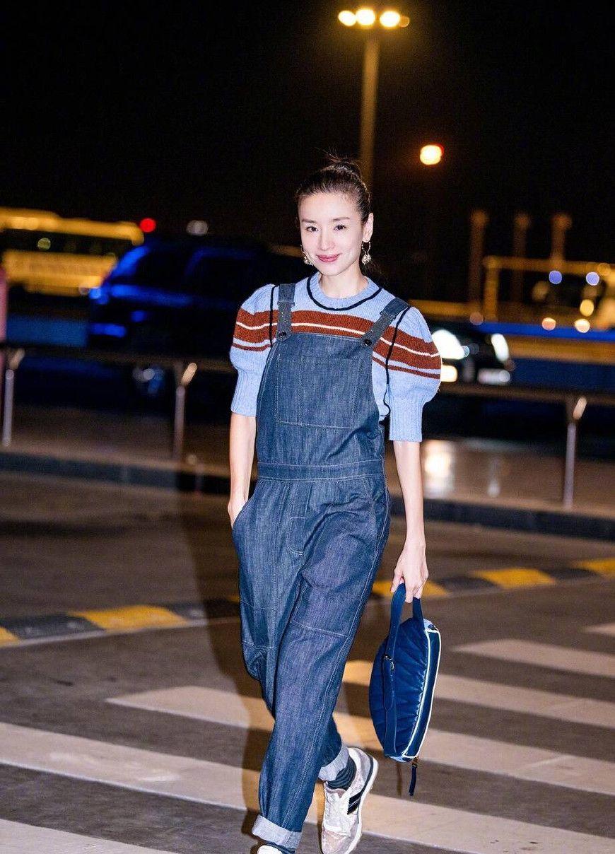 董洁丸子头牛仔连体裤成熟优雅,宋祖儿少女写真笑容迷人引潮流