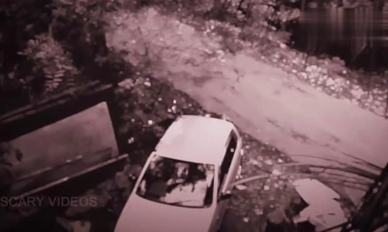 小伙弯腰从车内取东西,感觉后背被人推了一把,监控记录下神秘黑影