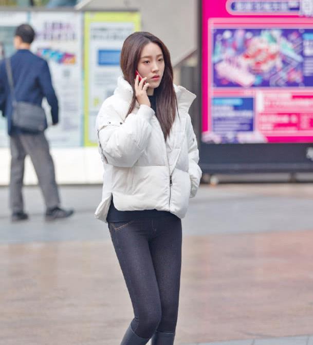 街拍:高颜值的气质美女,高挑的好身材让人羡慕不已