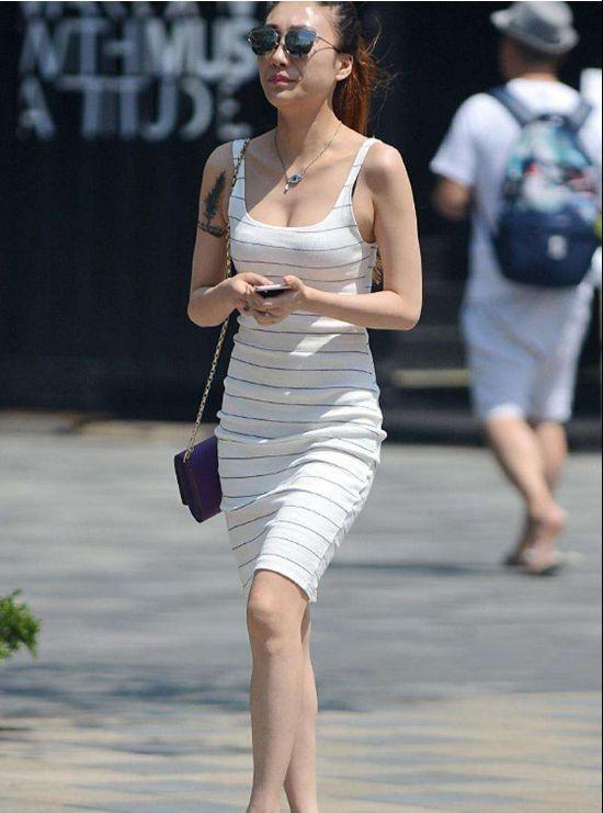 街拍:帅气小姐姐,黑色短袖搭配高腰阔腿裤,纹身是最大的焦点!