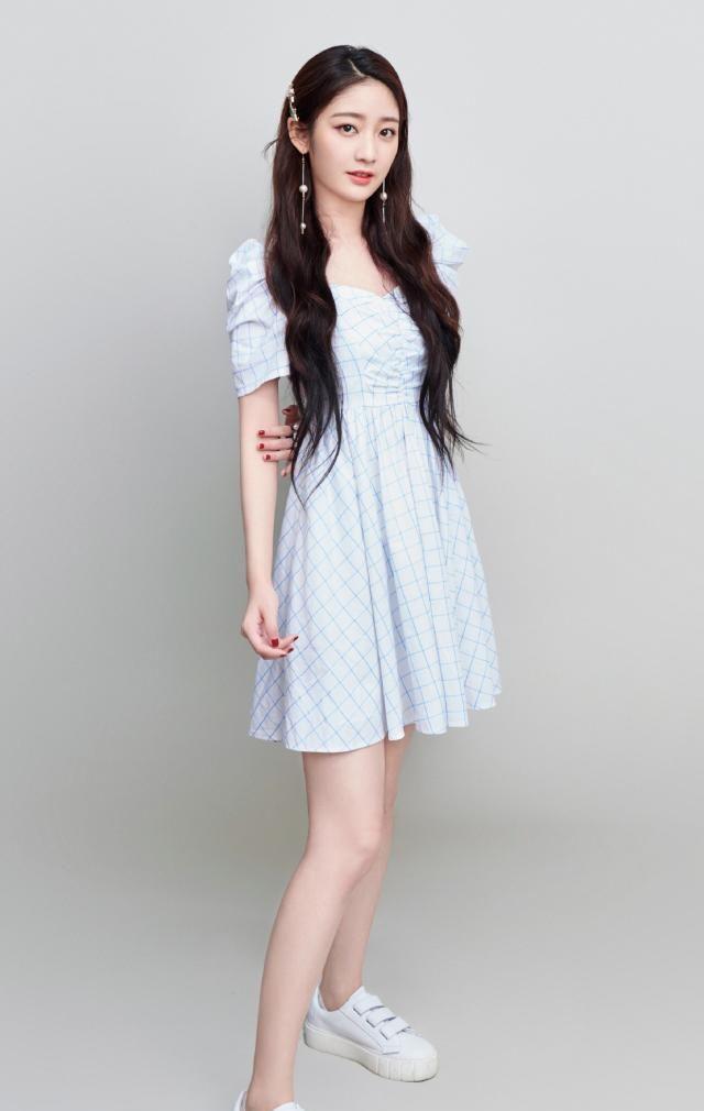 图一是女神戚砚笛,身穿一款蓝白格纹连衣裙,清新靓丽!