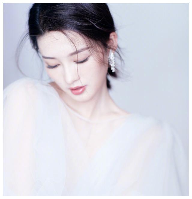 """李沁一袭白色纱裙惊艳酒会,并入围白玉兰奖""""最佳女配角"""""""