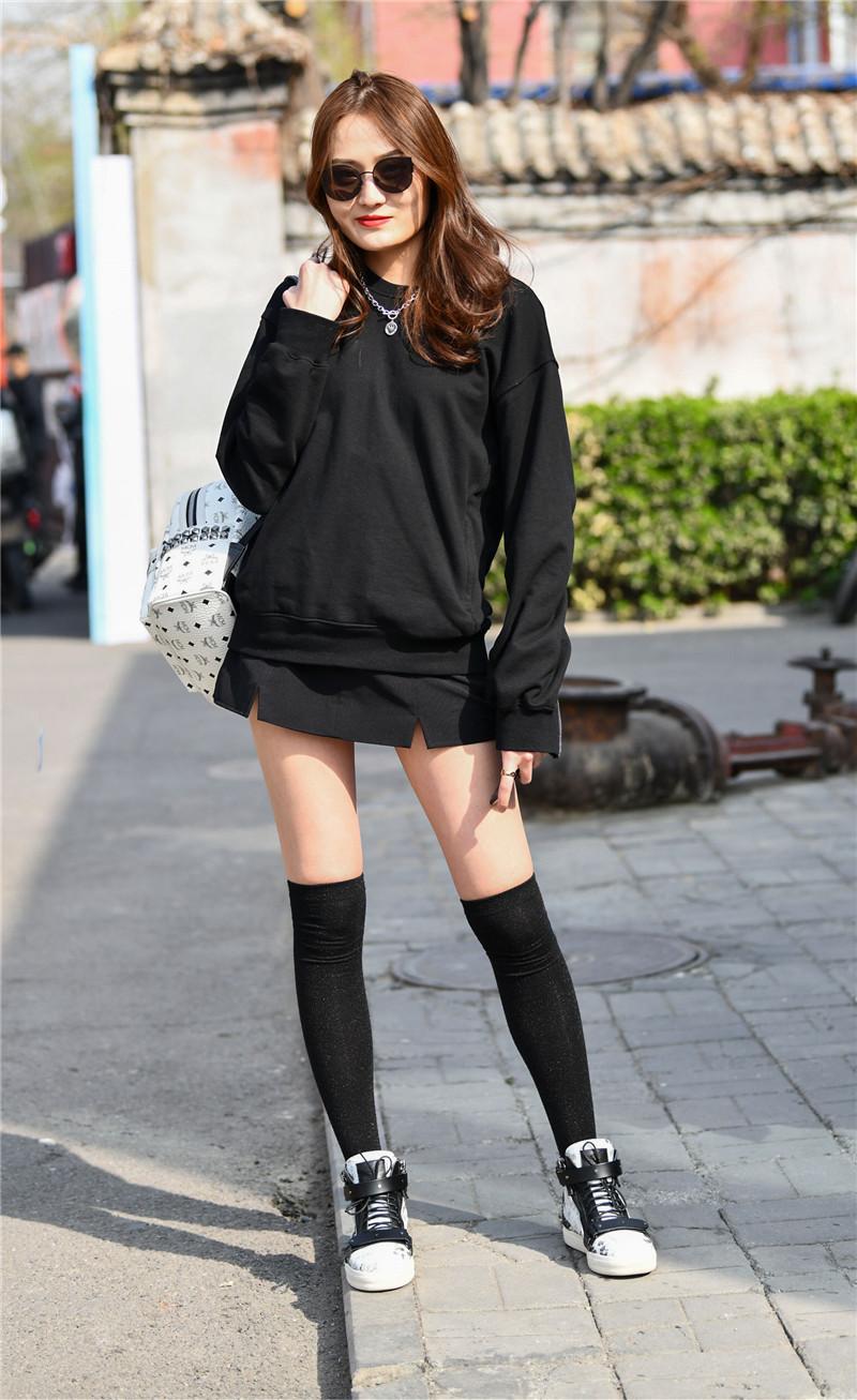 街拍美女�z(�y��9n�_街拍:美女用不同的时尚穿搭,展现不一样的个性美