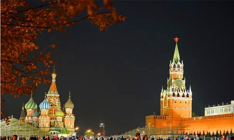 中国人到俄罗斯旅游,疯狂抢购琥珀蜜蜡,花几万还说:真便宜!