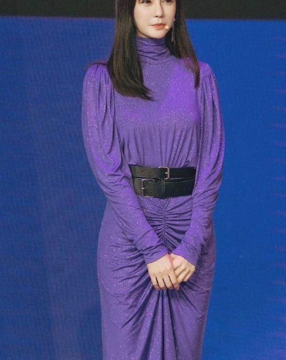 沈梦辰录制节目时,担心裙子会滑落还加双层腰带,可以随便蹦了