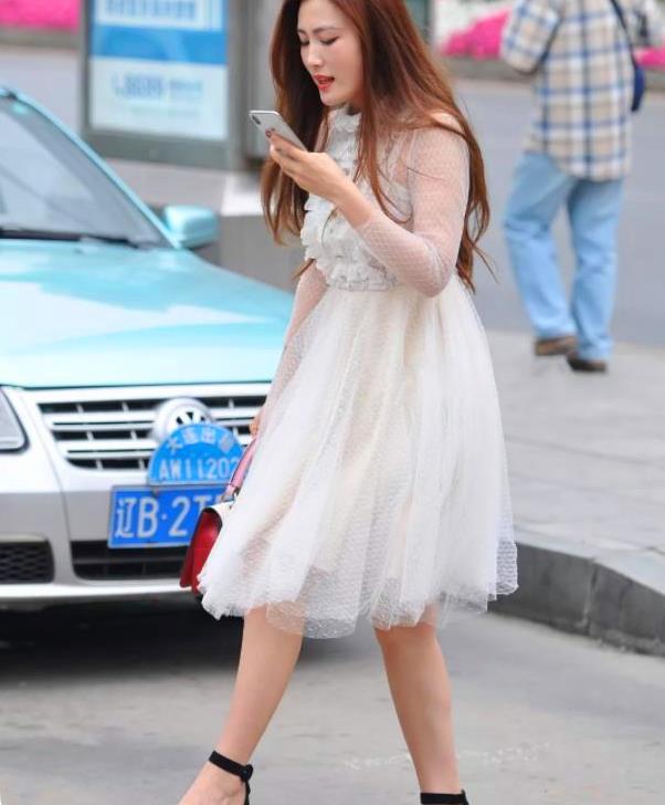 街拍:白色连衣裙,黑色粗跟凉鞋,微胖的小姐姐很好看