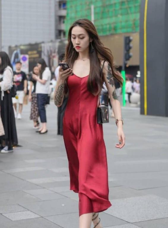 街拍:闭月羞花的美女,一条红色的吊带连衣裙,时尚魅力女人味