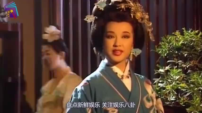67岁刘晓庆主办慈善活动穿海盐蓝色西装长裙翠玉项链太耀眼