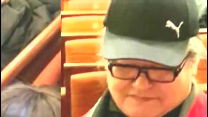 56岁刘欢近照曝光 两鬓白发明显耐心为粉丝签名