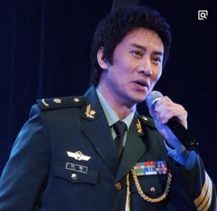 49岁歌手江涛一家生活照,妻子家庭背景不一般,儿子帅气有才
