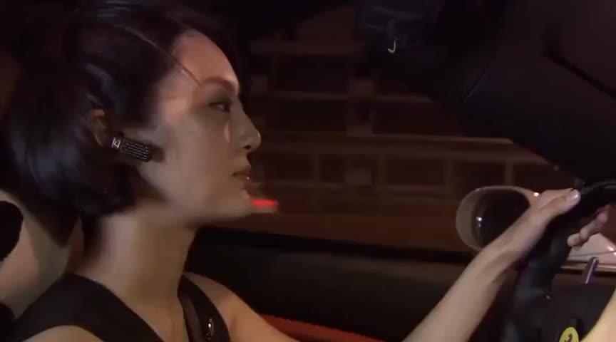 白富美头脑发热跑去当特种兵看她开的这车就知道她不是一般壕
