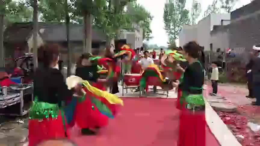 河南镇平县民间唢呐锣鼓队对擂美女老师们都很卖力非常的精彩
