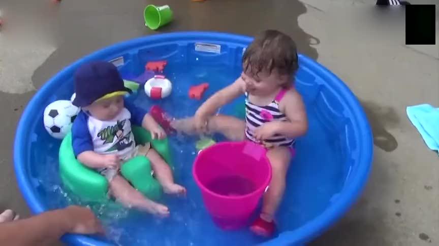 宝宝在浴池里笑态百出,一玩水什么都顾不上了