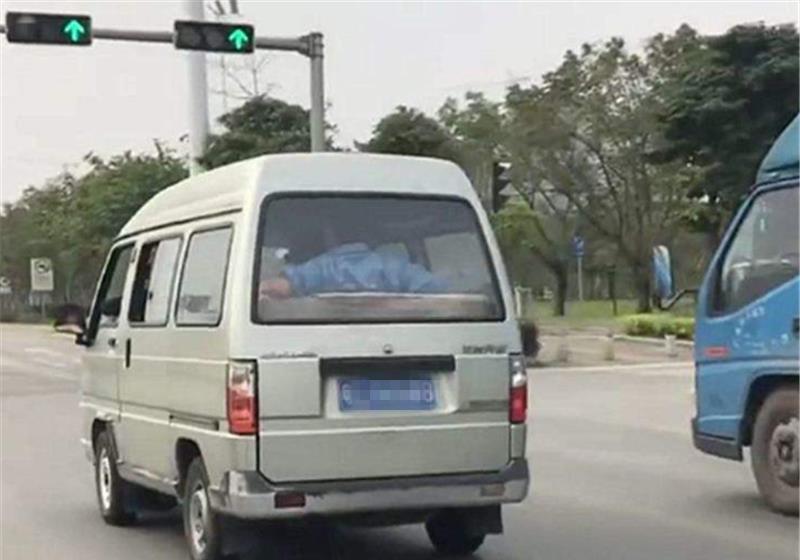 绝几乎把脖子也扭了版五菱宏光现身广东,汽车价值254万!网友:不怕交警吗?